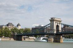Budapest. El puente de las cadenas cruzando el rio Danubio.