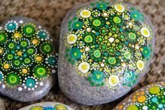 Nueve Pinceladas: Algunos Mandalas más... en piedras!