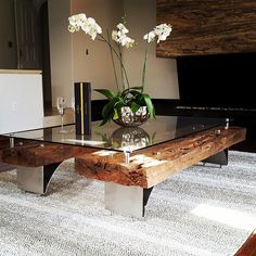 Mesa hecha con gualdras existentes en la casa Capulín y con patas de acero inoxidable / Coffee table made with existing beams from the Capulin house adding stainless steel legs and inserts.