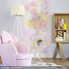 Die Stehleuchte mit Schirm aus gelben Rosenblüten führt den romantischen Look des Wohnzimmer an. Das Tapetenmuster in Lila, Gelb, Blau und Rosa erweitert das Ambiente …