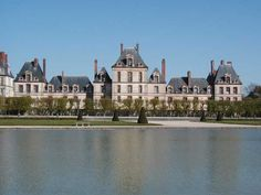 """Le palais de Fontainebleau est intimement lié à l'histoire de notre nation et plusieurs de ses pages importantes s'y écrivirent. Depuis Louis VII le Jeune en 1137, presque tous les souverains successifs séjournèrent régulièrement en ce lieu magique, idéalement situé au coeur de l'un des plus importants massifs forestiers d'Ile de France. Napoléon lui voua un intérêt particulier jusque dans son exil de Ste-Hélène, déclarant à son propos """"Voila la vraie demeure des rois, la maison des…"""