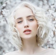 Whip that lush, glorious mane into shape with seriously summer-worthy hair. Wavy hairstyles get you full-on gorgeous (with half the effort). How To Curl Short Hair, Short Curly Hair, Curly Hair Styles, Short White Hair, Platinum Hair, Hair Reference, Wand Curls, Light Blonde, Beautiful Girl Image