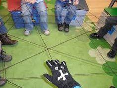 Maak met de kinderen in de kring een spinnenweb;  waar mag de spin langs kriebelen?