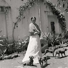 Frida Kahlo The artist with puppies in her courtyard (©Gisèle Freund / IMEC / Fonds MCC)