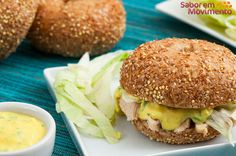 Aprenda a fazer um bagel com frango grelhado e molho tipo Caesar, perfeito para um jantar diferente!