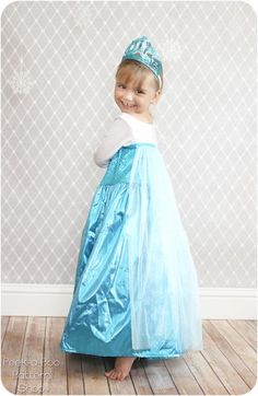 Make your little girl's dreams come true with this Ice Queen dress-up pattern! It's long, sparkly and has a train. Girls Dress Up, Dress Up Outfits, Diy Dress, Little Girl Dresses, Kids Outfits, Halloween Dress, Halloween Kostüm, Halloween Costumes For Kids, Frozen Dress