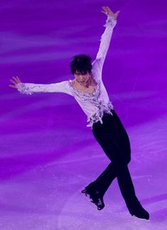 Japan's Yuzuru Hanyu performs during the gala exhibition at the Grand Prix of Figure Skating 2016/2017 NHK Trophy in Sapporo on November 27, 2016