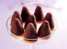 Ingredience: kakao 2 lžíce (prášek), mléko (dle potřeby), piškotové drobečky 1,25 hrnku, piškoty 1 balení (na dokončení), cukr krupice 1 hrnek (na vysypání formiček), cukr moučkový 1/2 hrnku, máslo 1/4 kostky, čokoláda 1/3 balení (hořká), rum hnědý 3 lžíce (40%), máslo 1/3 kostky, cukr moučkový 4 lžíce, rum hnědý 2 lžíce (40%), žloutek 1 kus, mléko zahuštěné sladké 1 konzerva.