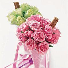 """Paula Pryke é considerada a maior florista de Londres. Começou seu business em 1987 e desde então nunca mais parou. Ela se tornou a florista das estrelas, da realeza, das pop stars, dos Presidentes e das chics internacionais. Seus """"bouquets"""" são super disputados e não há mulher que resista. São lind"""