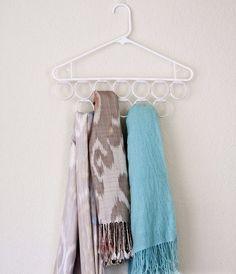 Mais uma dica de como aproveitar espaço no seu armário!  Materiais necessários Argolas de cortinas de banheiro Tape...