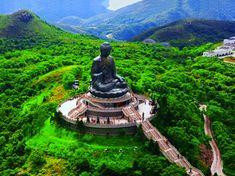 El Gran Buda de Lantau descansa sobre la más alta colina de la isla, Knong Ping, y junto al Monasterio Po Lin. En posición de loto, este gigante de 34 metros de altura y 250 toneladas puede ser visto por otras islas vecinas y en el territorio de Macao, en la costa sur de China. Lantau es la isla más grande de Honk Kong.
