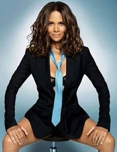 Halle Berry black and white jade vincent halle berry in style halle berry 2004 Catwoman Press Conference Halle Berry Sexy, Pictures Of Halle Berry, Hally Berry, Black Women, Sexy Women, Corps Parfait, Actrices Sexy, Sensual, Beautiful Actresses
