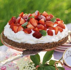 Sommarens läckraste jordgubbstårta gör du utan ugn. Ett snabbakat recept med få ingredienser.