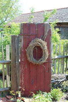 Alte Holztür mit Kranz