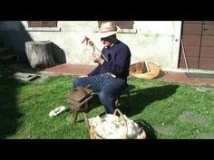 Il Sig. Stella ci mostra le tecniche e i vari passaggi della filatura della lana così come veniva eseguita in passato.