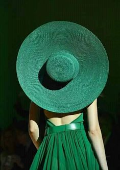 Sunny destinations call out for oversized multicolored hats Mean Green, Go Green, Green Colors, Style Vert, Verde Jade, Green Fashion, Facon, Kelly Green, Shades Of Green