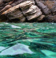 Sikamia's magic waters! Don't you want to jump in?  #destinationkea #tzia #kea #sikamiabeach #beach #waters #nature #wave #wavephotography #wavephotographer #summer #greece #Cyclades_islands 📷: @e.cosindas