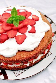 Strawberry country cake with Greek yogurt