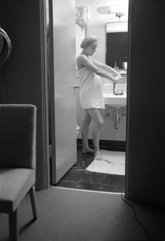 Marilyn in her dressing room at Fox, 1952.  Photo by Earl Theisen.