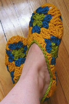 crochet granny square slippers (for me different colors! Crochet Granny, Crochet Motif, Diy Crochet, Crochet Crafts, Crochet Projects, Knitted Slippers, Crochet Slippers, Granny Square Slippers, Crochet Stitches Patterns