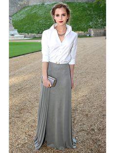 共に「ラルフ ローレン」からピックした白シャツとロングスカートで、エマらしい知的なムードにドレスアップ。「ロジェ ヴィヴィエ」のクラッチもグレーで揃えて。