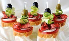 Kolečka rohlíků potřená máslem nebo sýrem, obložená kolečky rajčete, salámem a na tvrdo uvařeným vejcem, ozdobená plátky okurky a olivou, vše zajištěné párátkem nebo zdobítkem na jednohubky.
