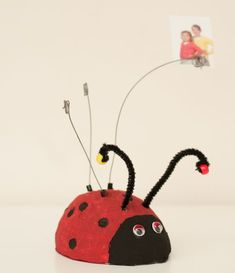 cadeau vaderdag / knutselen fotohouder / papier-maché / kleuter / tutorial Mother And Father, Ladybug, Fathers Day, Pottery, Christmas Ornaments, Holiday Decor, Kids, Crafts, Craft Ideas