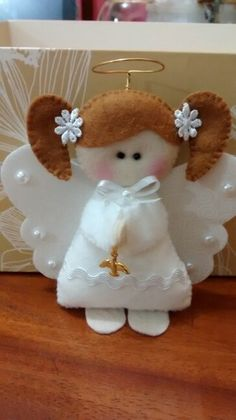 Angel in felt Angel Crafts, Felt Crafts, Holiday Crafts, Diy And Crafts, Arts And Crafts, Felt Christmas Ornaments, Angel Ornaments, Christmas Angels, Christmas Decorations