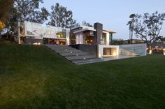 Whipple Russell Architects created Summit House, which is located in Beverly Hills, California, USA.
