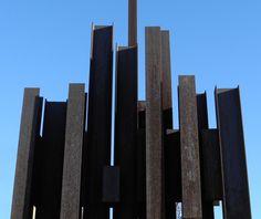 Mat aux couleurs du camps militaire de Canjuers.  Sculpture monumentale avec des poutrelles d'acier en H. Marino Di Teana 1973 concours 1% Hauteur 20 mètres. sculpture en acier à rénover.