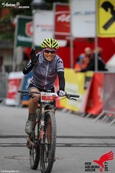Eine glückliche Teilnehmerin beim überqueren der Ziellinie. Marathon, Bicycle, Bicycle Kick, Bike, Marathons, Trial Bike, Bicycles