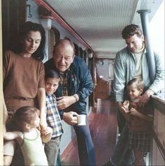 """John Wayne sur le """"Wild Goose"""" avec Pilar, Marisa, Ethan, Patrick et un ami - 1968"""