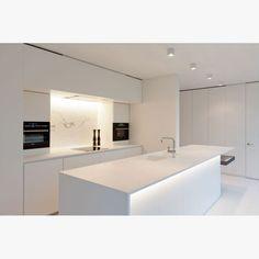 Boxy W Delta Light blanc Kitchen Room Design, Modern Kitchen Design, Home Decor Kitchen, Delta Light, Modern Kitchen Interiors, Interior Minimalista, Minimalist Kitchen, Apartment Kitchen, Kitchen Remodel