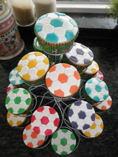 Voetbal cupcakes als traktatie voor school Mini Cakes, Cup Cakes, School Treats, Soccer Party, Fondant Toppers, Happy B Day, Fruit Recipes, Creative Food, Kids Meals