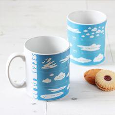 Bleu ciel nuage Types Mug. Tasse en céramique par NewtonAndTheApple