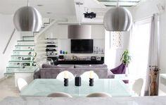 home theater, sala de tv, sofá cinza e poltrona roxa - escada de vidro perfeita para a minha casa.