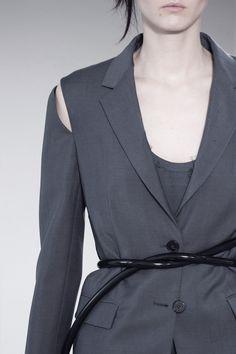 Chic jacket with detached sleeve detail; close up fashion details // Jil Sander Spring 2016