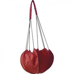 """Die super-originelle Umhängetasche """"AIR RED"""" aus wiederverwerteter Fallschirmseide ist dein stylisher Begleiter für den täglichen Höhenflug. Vom Label Bag to Life."""
