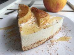 Deze taart is té lekker en ook nog eens gezond. Met een lekker dikke cakebodem van havermout en een frisse yoghurt topping met appel.