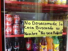 Los anuncios y notas de los dueños de las tiendas de barrio son feos pero bien que hacen reír :D  La fiebre de la Coca con nombre tiene enojado al chino de la tiendita.. ;)