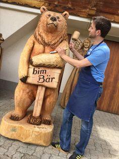 Bär aus Holz geschnitzt von Melchior Trummer Adelboden Schweiz