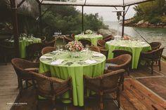 A Stephanie e o Rafael fizeram um destination wedding com alguns poucos familiares e fizeram o casamento em Ponta dos Ganchos, durante o pôr-do-sol.