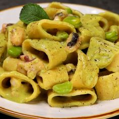 """This is """"Calamarata alla crema di fave e pecorino con moscardini"""" by Al.ta Cucina on Vimeo, the home for high quality videos and the people who love them. Easy Lunches For Work, Make Ahead Lunches, I Love Food, Good Food, Pasta Salad, Italian Recipes, Macaroni And Cheese, Food Porn, Dinner Recipes"""