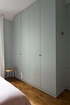 Armoire chambre appartement haussmannien Paris 18e - Monsieur Peinture