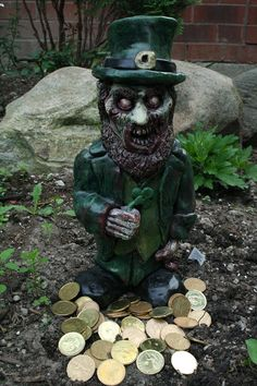 Lepracadaver Zombie Gnome will spill blood and gold in your garden and home! Funny Zombie, Garden Gnomes, Fairy Art, Hallows Eve, Clowns, Holiday Decorations, Zombies, Troll, Garden Sculpture