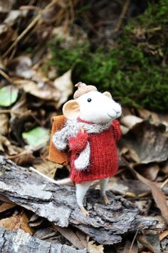 Little Traveler Mouse Felting Dreams by feltingdreams on Etsy Needle Felting Kits, Needle Felted Animals, Felt Animals, Crochet Toys Patterns, Stuffed Toys Patterns, Felt Diy, Felt Crafts, Knitted Stuffed Animals, Felt Mouse