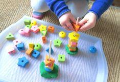 Activité motricité fine bébé : enfilage de perles sur tige rigide 18 mois Evolution Montessori  Conseils maman psychomotricienne