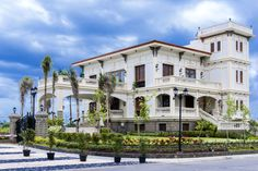 Adaptive reuse: colonial house Tuason Residence is now Casa Real - biztraveltimes Filipino Architecture, Philippine Architecture, Filipino House, Philippine Houses, Casa Real, Adaptive Reuse, Mansions Homes, Spanish Style, Traditional House