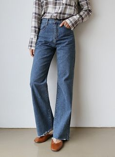 We have a soft spot for anything vintage like these high waist jeans! Korea Fashion, Asian Fashion, Daily Fashion, Wide Leg Jeans, High Waist Jeans, Frayed Hem Jeans, Bikini Images, Korean Women, Attitude