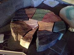 Mosaiikki. Hajotin puukiekon ja värjäsin palaset.